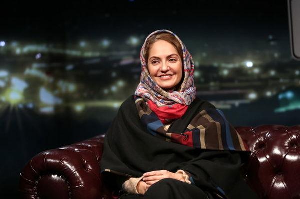 تصویر مهناز افشار با لباس یقه اسکی مقابل مجری شبکه عربستانی