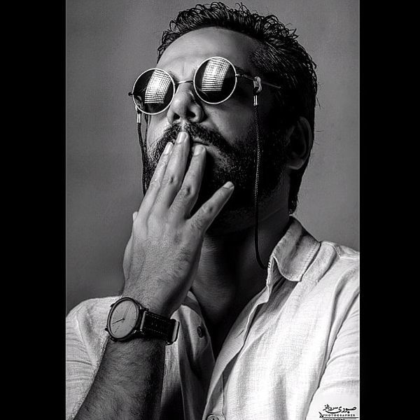 عکس جذاب عباس غزالی با عینک خاصش