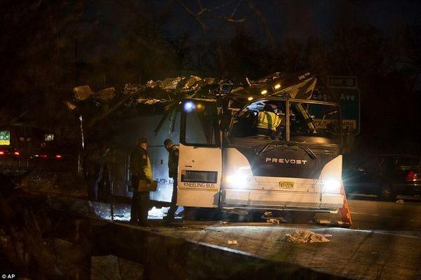 ۴۳ مصدوم در حادثه برخورد اتوبوس با پل هوایی در نیویورک