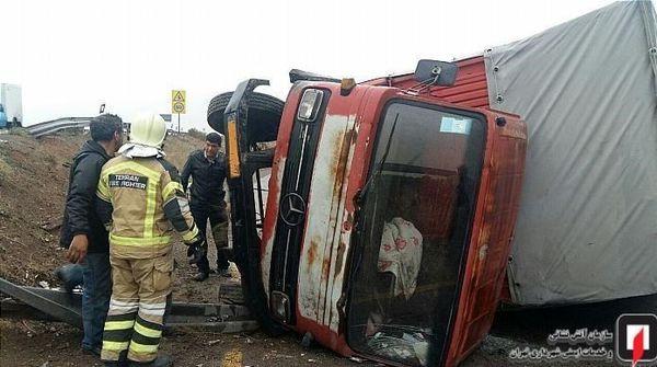 سقوط کامیونت از روی پل در کمربندی تهران + تصاویر