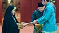 تصویری از تحویل دادن استوارنامه اولین سفیر زن ایرانی به سلطان برونئی