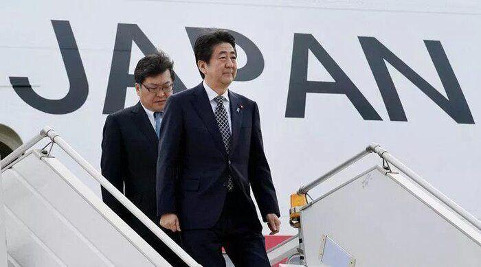 عکس/ شینزو آبه نخست وزیر ژاپن در هنگام خروج از هواپیما