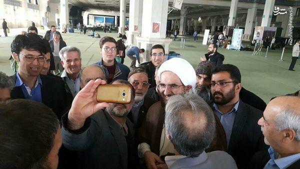 سلفی با امام جمعه موقت تهران / عکس