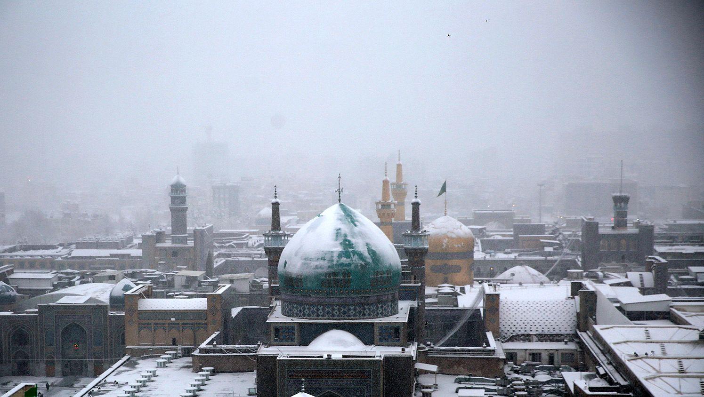 حرم امام رضا (ع) با برف زمستانی سفید پوش شد ؛ گزارش تصویری
