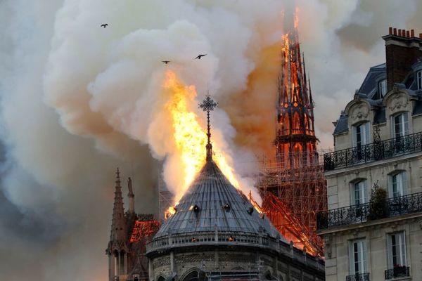 گزارش تصویری/ آتش سوزی در کلیسای تاریخی نوتردام