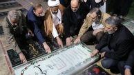 عکس فرمانده کل ارتش کنار مزار شهید سردار سلیمانی