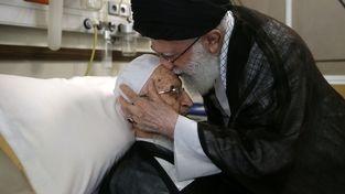 گزارش تصویری/ عیادت مقام معظم رهبری از حضرت آیت الله مکارم شیرازی