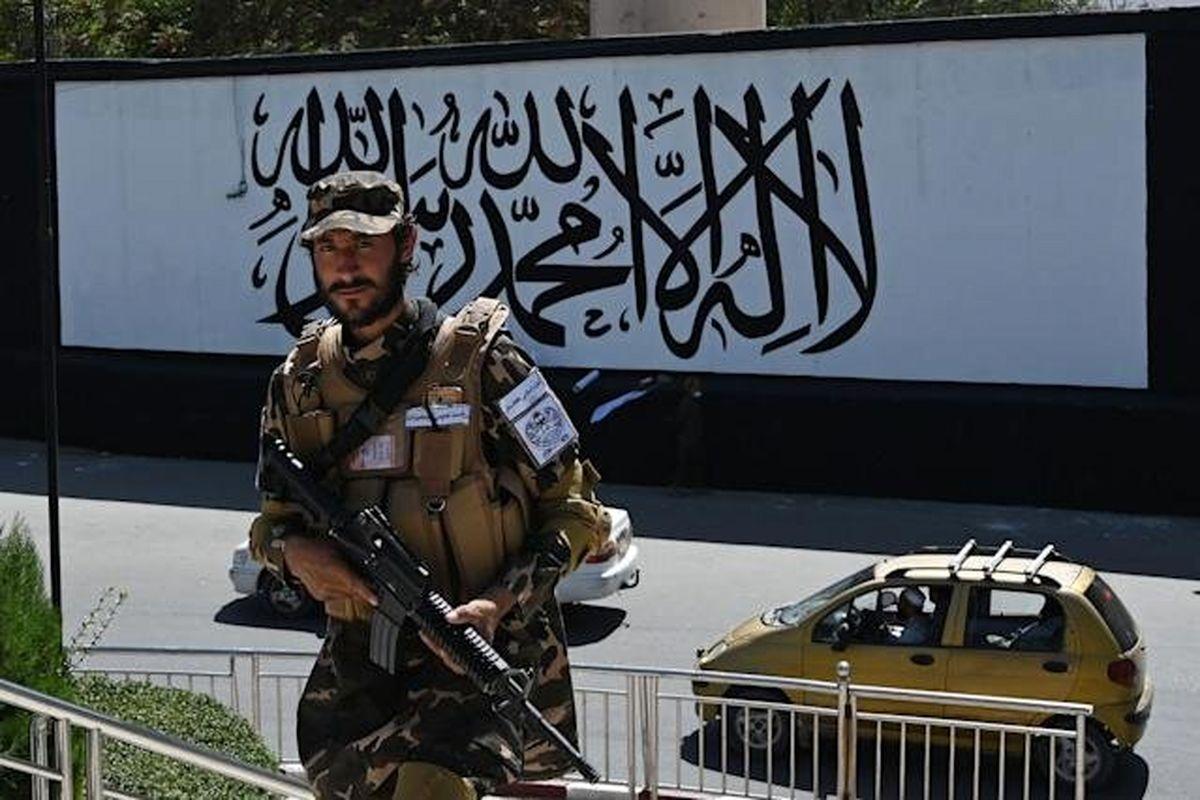 طالبان پرچم خود را در کاخ ریاست جمهوری افغانستان به اهتزاز درآورد