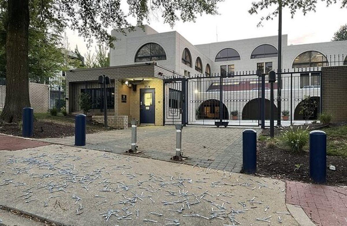 تمسخر اسرائیل با قرار دادن صدها قاشق مقابل سفارت این رژیم